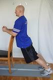 Bakåtböjning mot stol